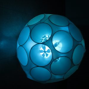 Am seidenen Faden, 2019, Durchmesser 80 cm, Papier/Kunststoff/Licht, Iris Flexer