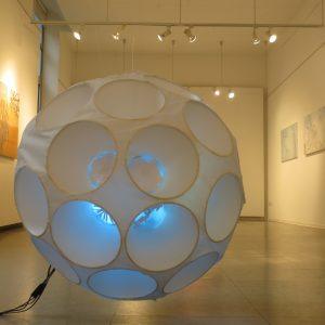 Am seidenen Faden, 2019, Durchmesser 80 cm, Papier/Kunststoff/Licht, Ausstellungsansicht, Iris Flexer