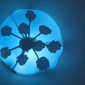 Am seidenen Faden, Detail 6, 2019, Durchmesser 80 cm, Papier/Kunststoff/Licht, Iris Flexer