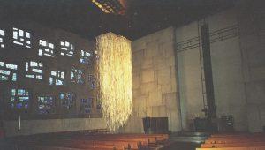 Pfingsten 1, Installation in der Friedenskirche Stuttgart, Papierstreifen aus Zeitungspapier, Iris Flexer 2006