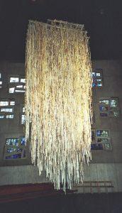 Pfingsten 2, Installation aus Zeitungspapier, Friedenskirche Stuttgart, Iris Flexer 2006